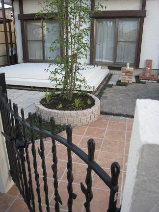 鋳物門扉の奥に見えるお庭