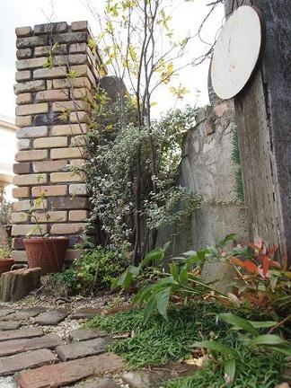 枕木とレンガで集う庭