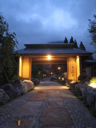旅館へ誘う門