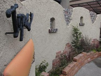 朽ちて崩れた壁