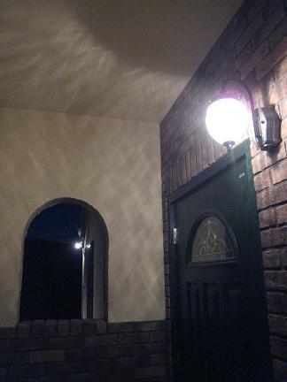 玄関から眺める明かり