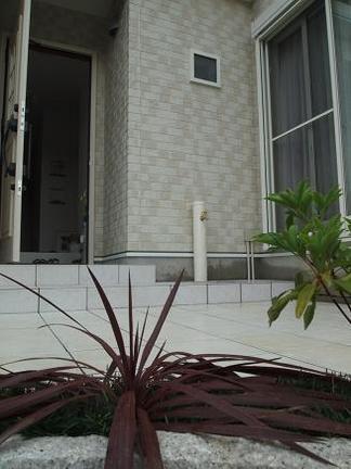 玄関ポーチ脇の立水栓