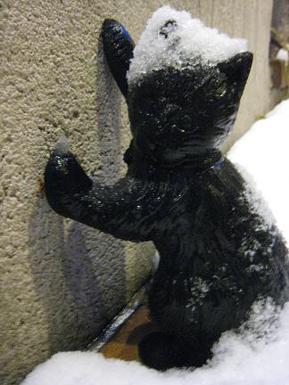 ドアストッパーの黒猫くん