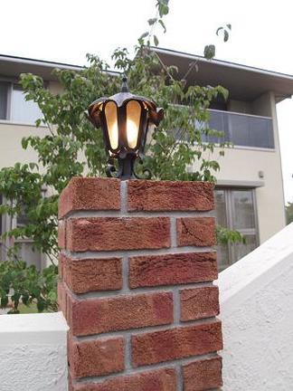 レンガ角柱で輝く灯り