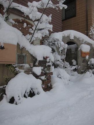 雪の日の事務所前