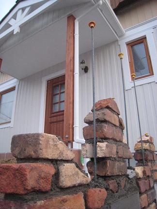古窯レンガを組み込んだ門柱