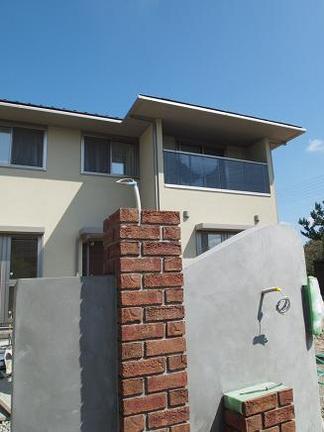 レンガ角柱と塗壁門柱