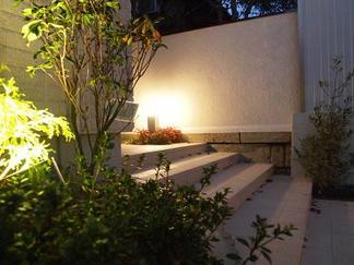 お庭を照らす灯り