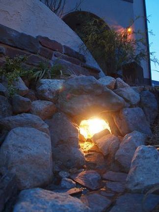 洞穴周囲の石積み