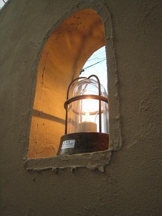 壁を照らす灯り