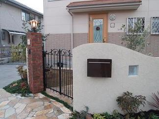 塗壁仕上げの門柱
