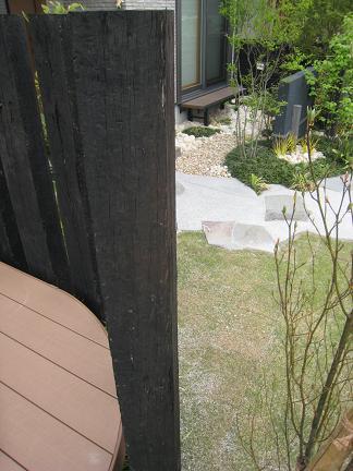 ウッドデッキから眺めた坪庭