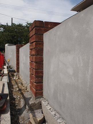 レンガ角柱越しに連なる壁