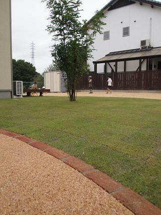 広いスペースの芝生のお庭