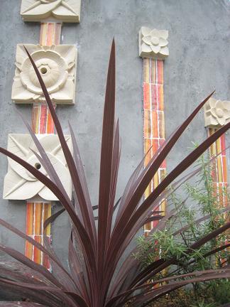 門柱前を彩る植物たち