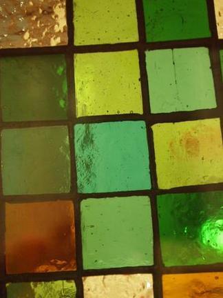 煌めくグリーンのステンドガラス