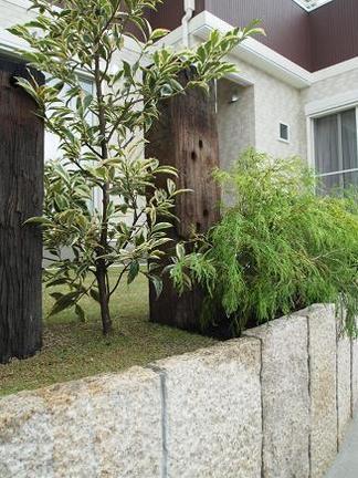 枕木が居並ぶ芝庭