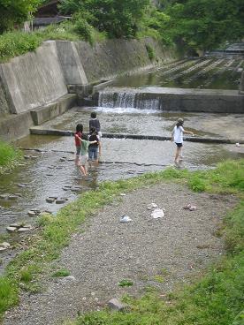 川で遊ぶ・・・
