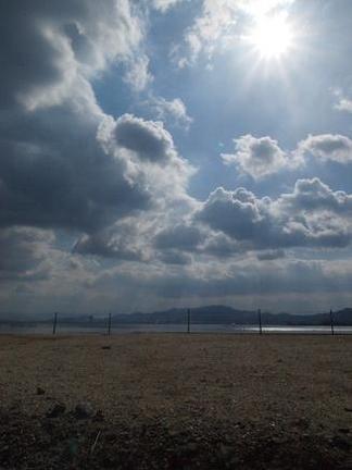 琵琶湖に差す太陽の光
