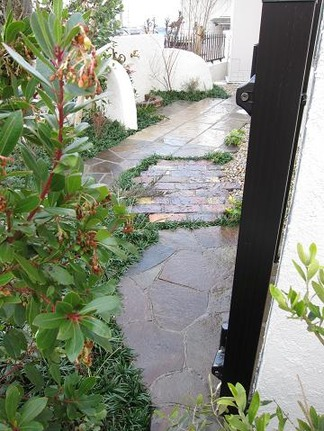 扉越しに眺める庭