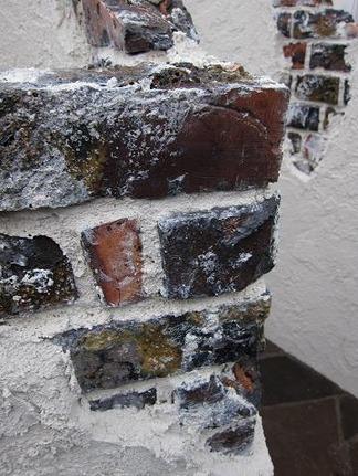 朽ちたレンガで描く壁