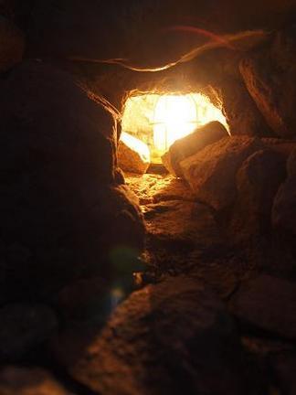 洞窟から放たれた光