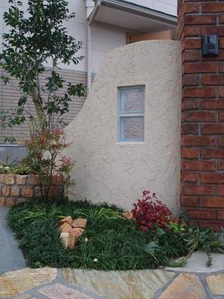 曲線壁とピンコロ石の花壇