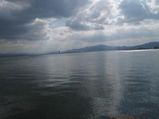 琵琶湖の波打つ湖面