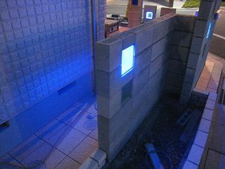青く反射する光り