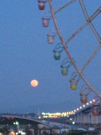 観覧者に月