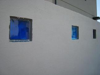蒼く並ぶガラスブロック