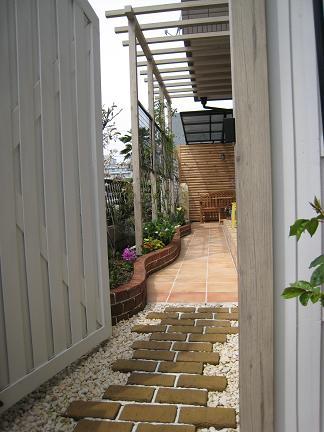 ドアを開きお庭へと・・・