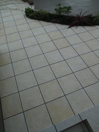 玄関ポーチ前のアプローチタイル