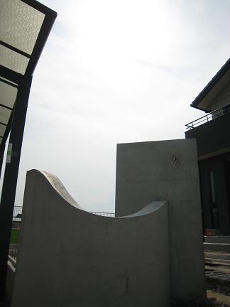 波をイメージした壁