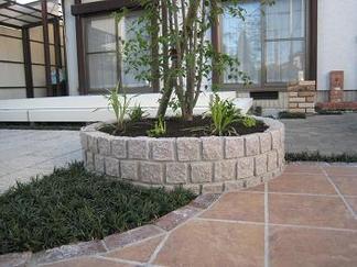 ピンコロ石円形積みの花壇