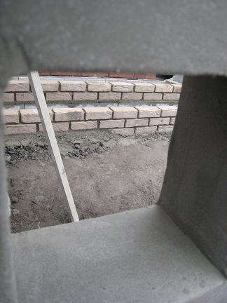 門柱の穴から覗いて・・・