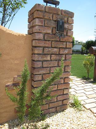 レンガ積みの門柱