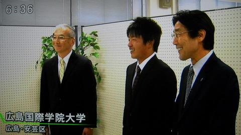 DSCN1804 宮崎敦次投手が指名挨拶を受けました。宮崎投手を尋ねたのはロッテの鈴木スカウトで