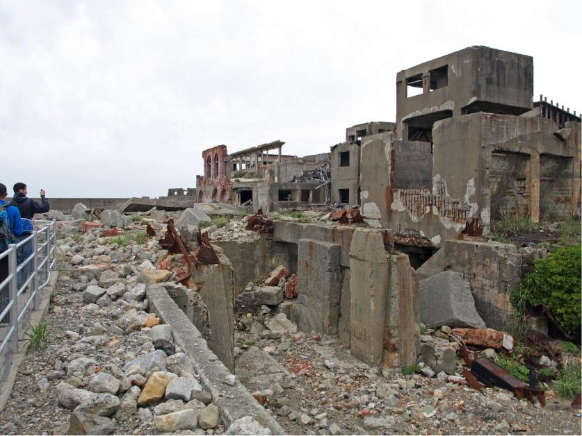 廃墟に最接近、レンガ垣やコンクリート片が散らばる。