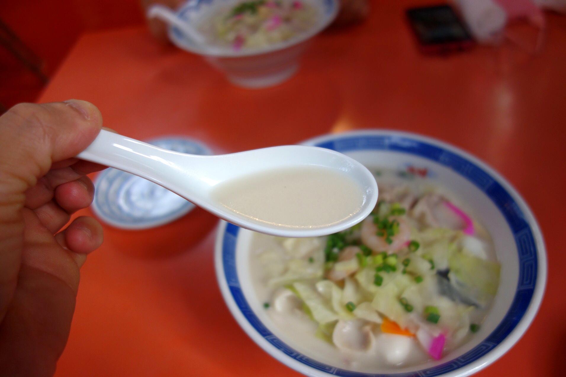 スープは乳化している(撮影:中野龍三)。