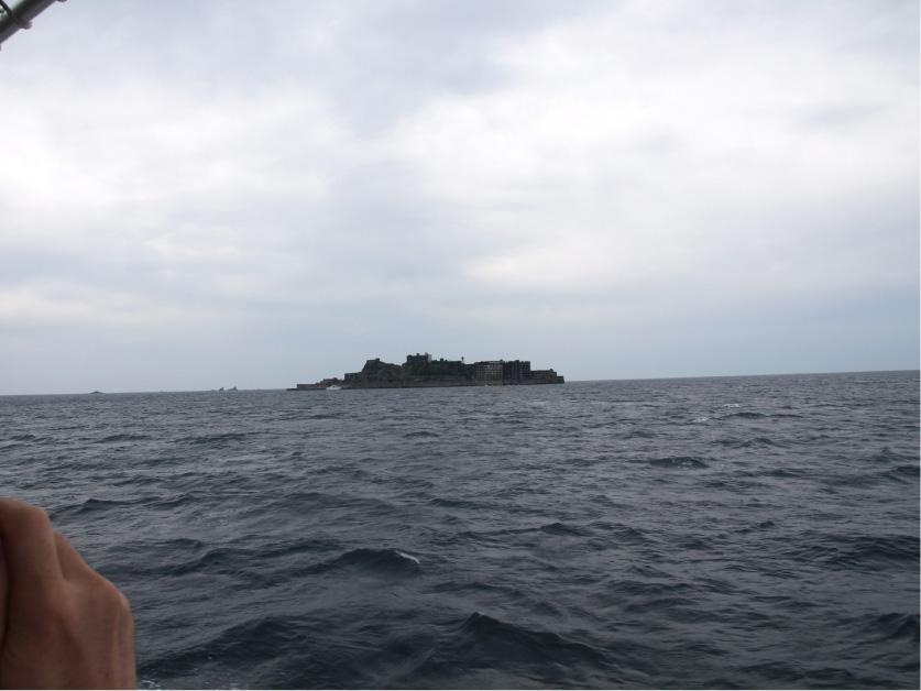 遠くに小さく軍艦島が…!