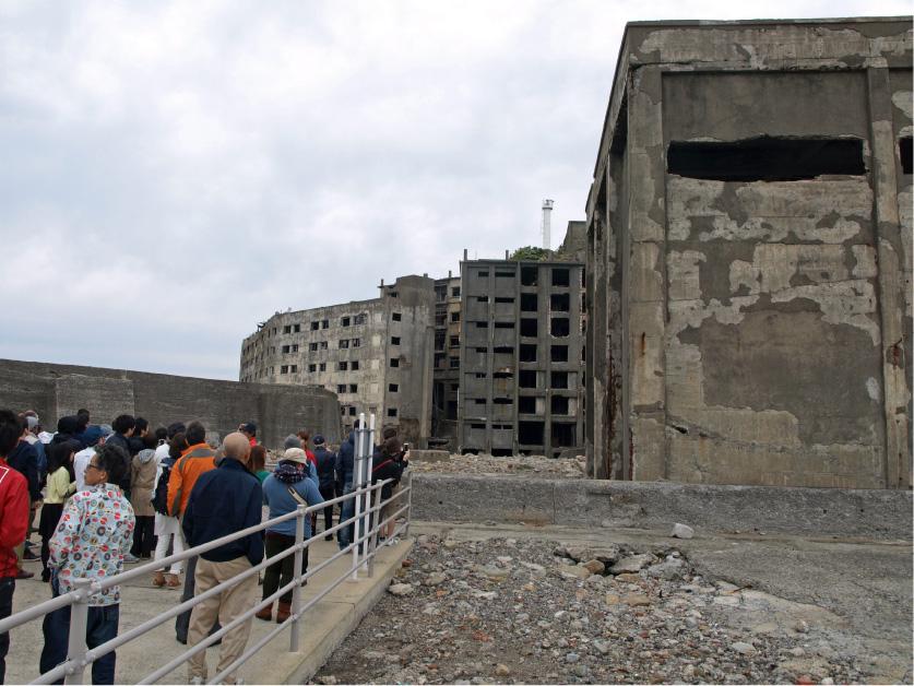 現在も所々が崩れつつもすっくと立つ廃墟ビル。