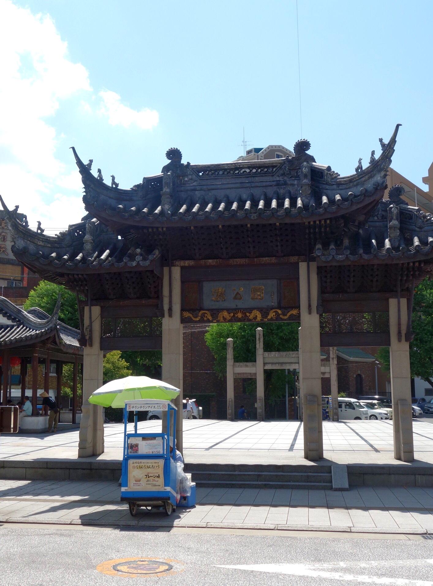広場の門(撮影:中野龍三)。
