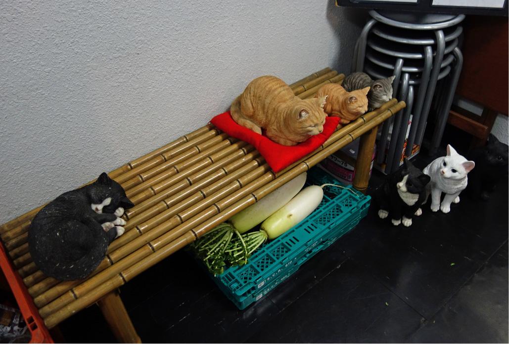 目黒「ねこや」のベンチ。