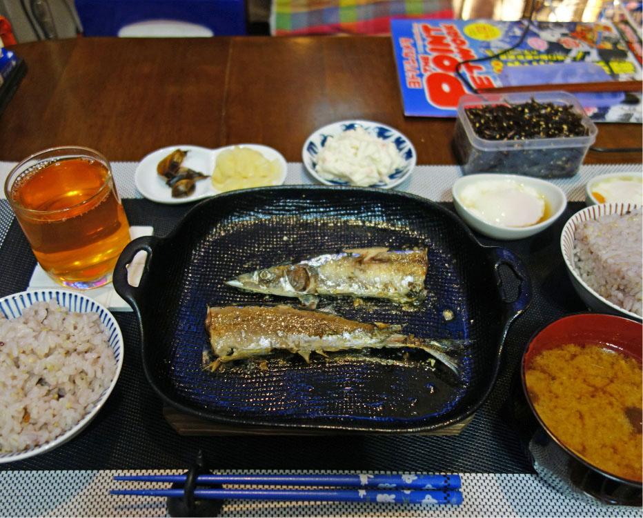 左から「十六穀米」「麦茶」「黒にんにく&生姜」「ポテトサラダ」「サンマの塩焼き」「塩昆布」「温泉玉子」「味噌汁」。