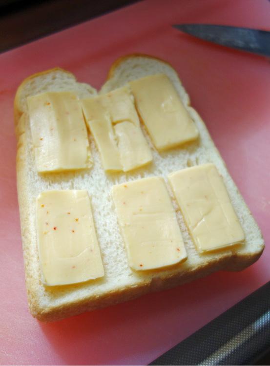 トーストに6切れを並べる(撮影:中野龍三)。