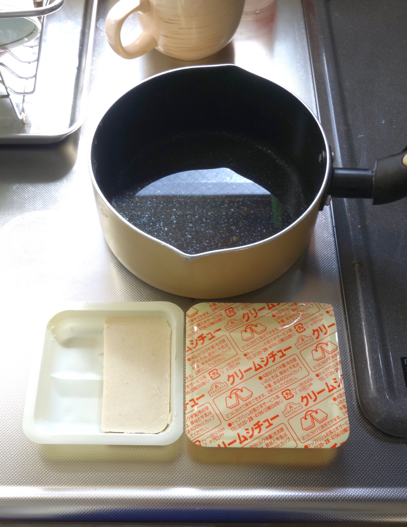 シチューは1人前で4分の1箱を使用(撮影:中野龍三)。