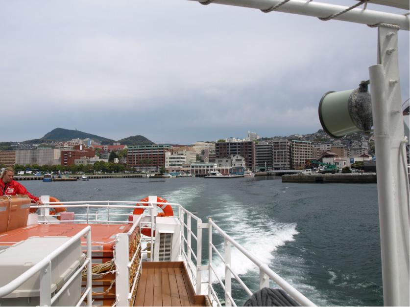 背後に長崎の街が。