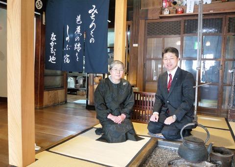 帳場で、女将さんと設計士の鈴木さん なかのかおり撮影
