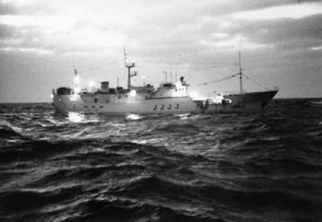 海の上は不思議な話は結構ある   うちの祖父がその昔漁に出ていた時、嵐がきて・・・